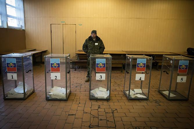 Луганск. Во время голосования на выборах главы ЛНР и депутатов народного совета республики на избирательном участке