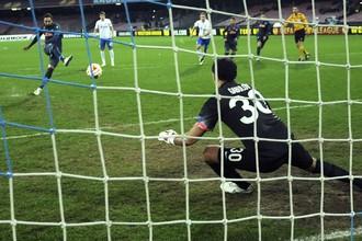 Гонсало Игуаин оформляет забивает свой второй мяч