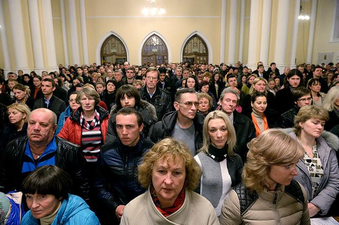 Прихожане на праздновании католической Пасхи в кафедральном соборе Непорочного Зачатия Пресвятой Девы Марии в Москве