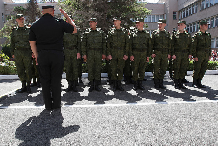 Призывники во время построения у здания республиканского военкомата Крыма
