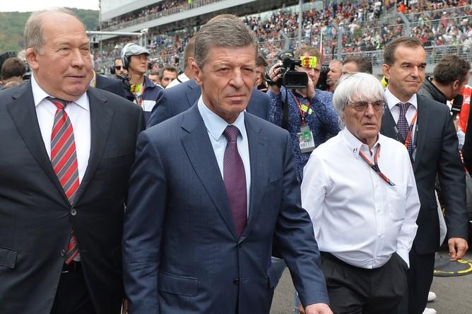 Заместитель председателя правительства России Дмитрий Козак (второй слева) и генеральный промоутер «Формулы-1» Берни Экклстоун