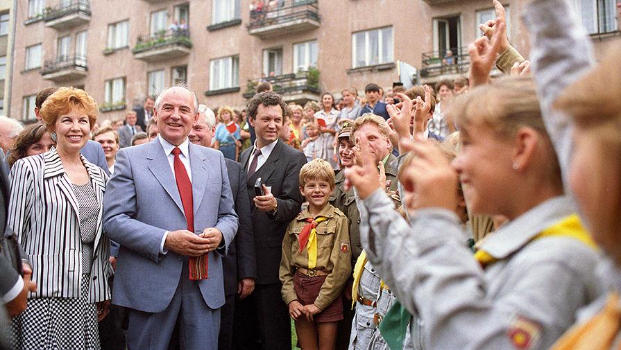 Михаил Горбачев с супругой во время встречи с жителями города Краков, Польша, 1988 год