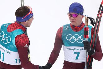 Южная Корея. Пхенчхан. 24 февраля 2018. Олимпийские спортсмены из России России Андрей Ларьков, завоевавший бронзовую медаль, и Александр Большунов (слева направо), завоевавший серебряную медаль, после масс-старта на 50 км классическим стилем на соревнованиях по лыжным гонкам среди мужчин на XXIII зимних Олимпийских играх