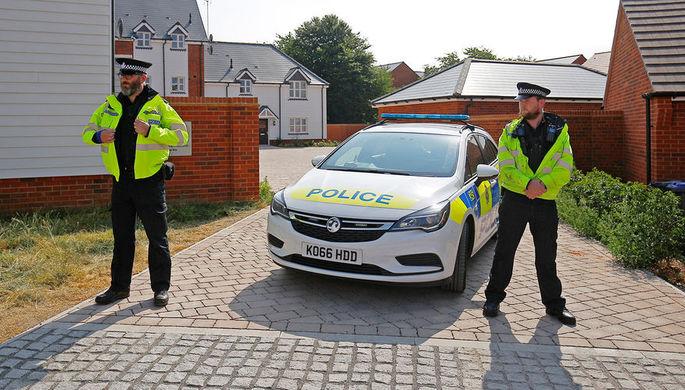 Сотрудники британской полиции в оцеплении около жилых домов после инцидента с отравлением в...