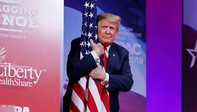 Дональд Трамп обнимает флаг США на CPAC 2019, 2 марта 2019 года