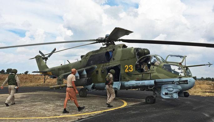 Летчики у российского ударного вертолета МИ-24 на аэродроме «Хмеймим» в Сирии, 2015 год