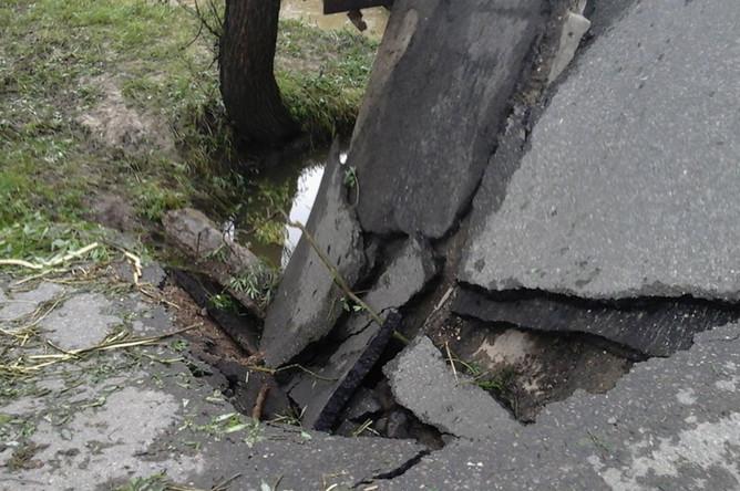 На месте обрушения автомобильного моста в Новой Москве, 10 июня 2020 года