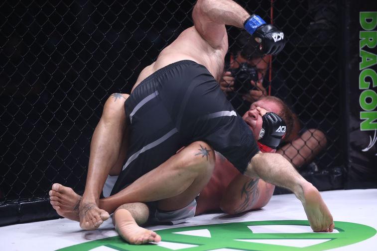 Магомед Исмаилов во время боя с Александром Емельяненко на турнире АСА 107 в Сочи, 24 июдя 2020 года