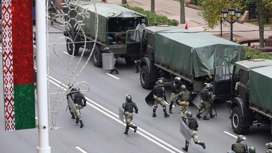 Сотрудники силовых структур во время акции протеста в Минске, 25 октября 2020 года