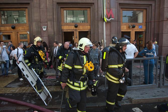 Сотрудники пожарной службы МЧС ну станции «Охотный ряд» в центре Москвы