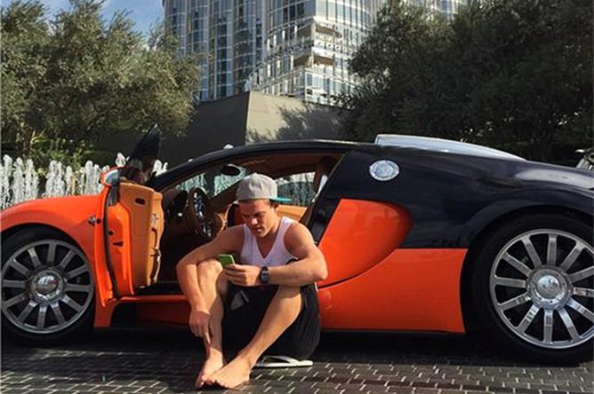 24-летний нападающий московского «Динамо» и&nbsp;сборной России по&nbsp;футболу <b>Александр Кокорин</b> пополнил свой автопарк спорткаром Lamborghini за 27 млн руб. На фото: Кокорин с автомобилем Bugatti Veyron.