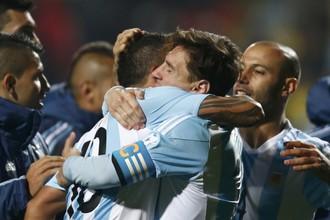 Аргентинские футболисты празднуют выстраданный выход в полуфинал