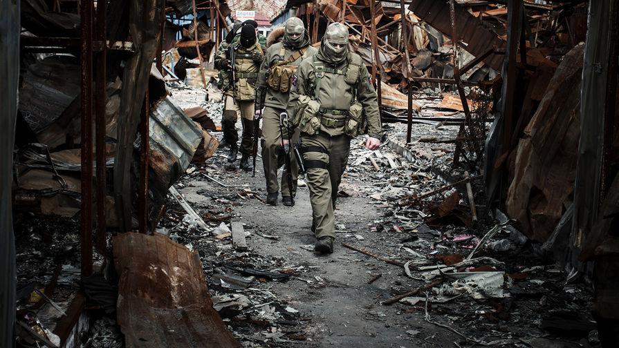 Ополченцы Донецкой народной республики (ДНР) на территории разрушенного рынка поселка Трудовские Петровского района Донецкой области