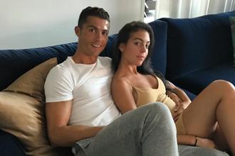 Криштиану Роналду отдыхает дома со своей беременной девушкой Джорджиной Родригес