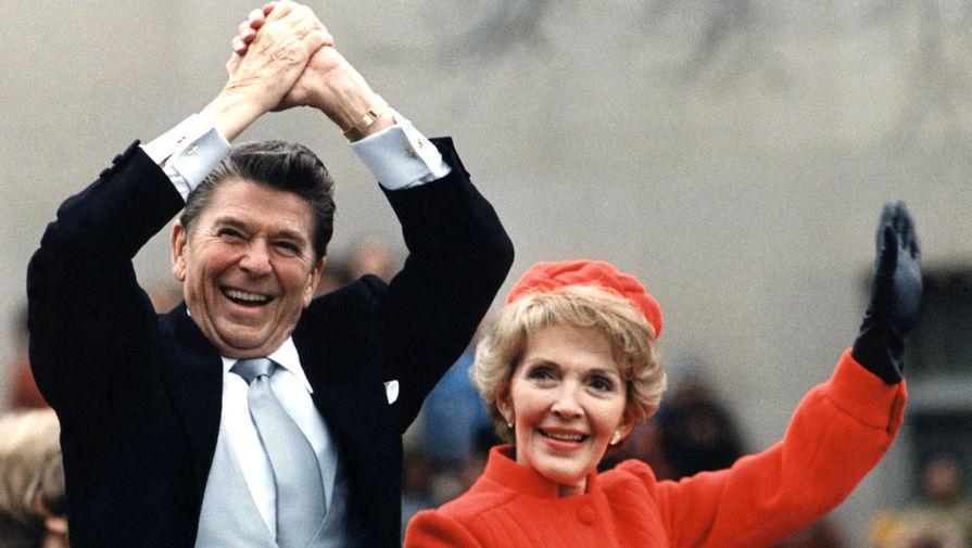 На церемонии инаугурации президента Рейгана в январе 1981 года Нэнси Рейган предстала в огненно-красном — цвете Республиканской партии, который она особенно любила. Впервые она надела костюм патриотичной расцветки в 1966-м, когда ее муж публично заявил о намерении баллотироваться на пост губернатора Калифорнии. Со временем этот оттенок получил название «рейгановский красный» и стал фирменным цветом Нэнси Рейган. На фото: Рейганы по дороге в Белый дом после инаугурации