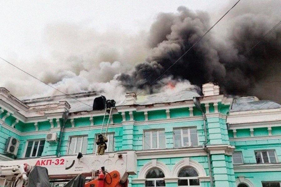 Наместе пожара вкардиохирургическом центре Благовещенска, 2 апреля 2021 года