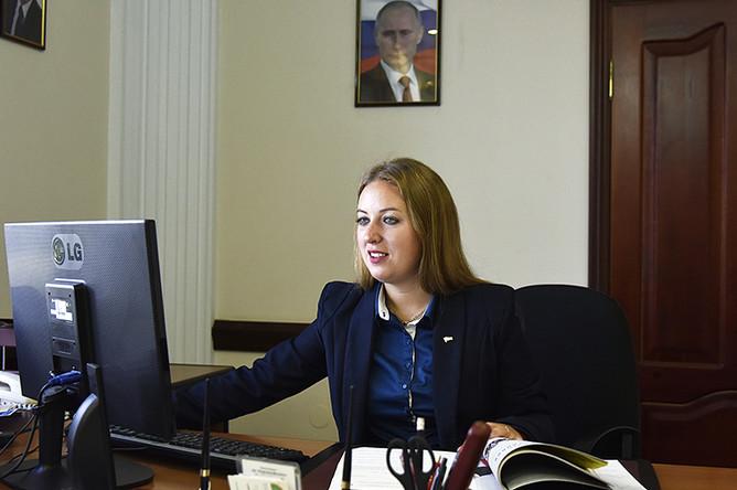 Министр спорта Крыма Елизавета Кожичева в своем кабинете