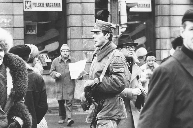 Военнослужащий и пешеходы в Варшаве, февраль 1982 года
