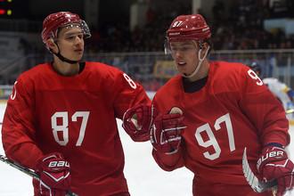 Хоккеисты сборной России Вадим Шипачев (слева) и Никита Гусев