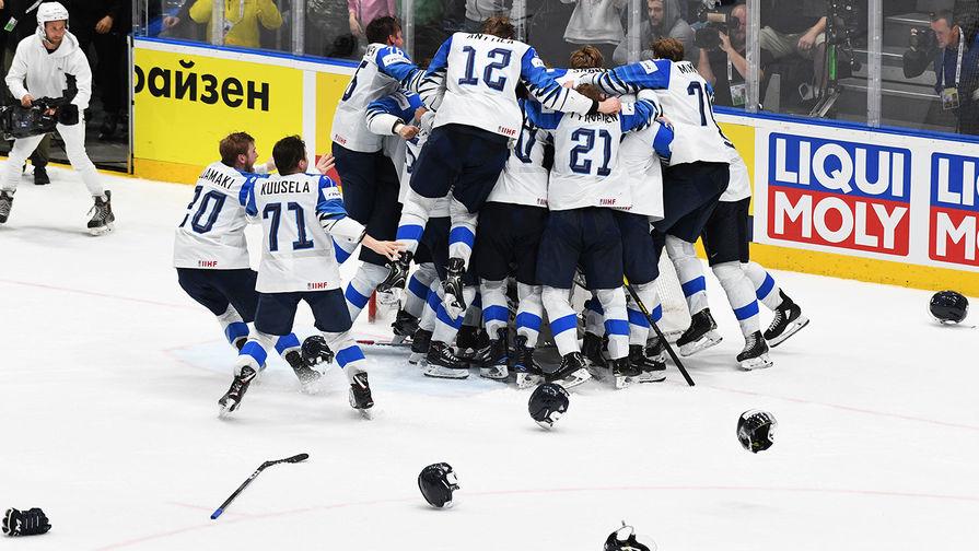 Игроки сборной Финляндии радуются победе в финальном матче чемпионата мира по хоккею между сборными командами Канады и Финляндии, 26 мая 2019 года