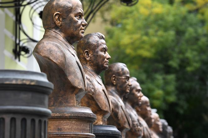 Бюсты политических деятелей на «Аллее Правителей» ХХ века в Москве, 22 сентября 2017 года
