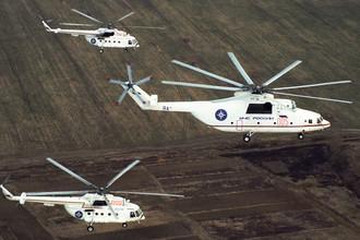 Тяжелый транспортный вертолет Ми-26 МЧС России и два транспортно-пассажирских вертолета Ми-8МТВ, 1997 год