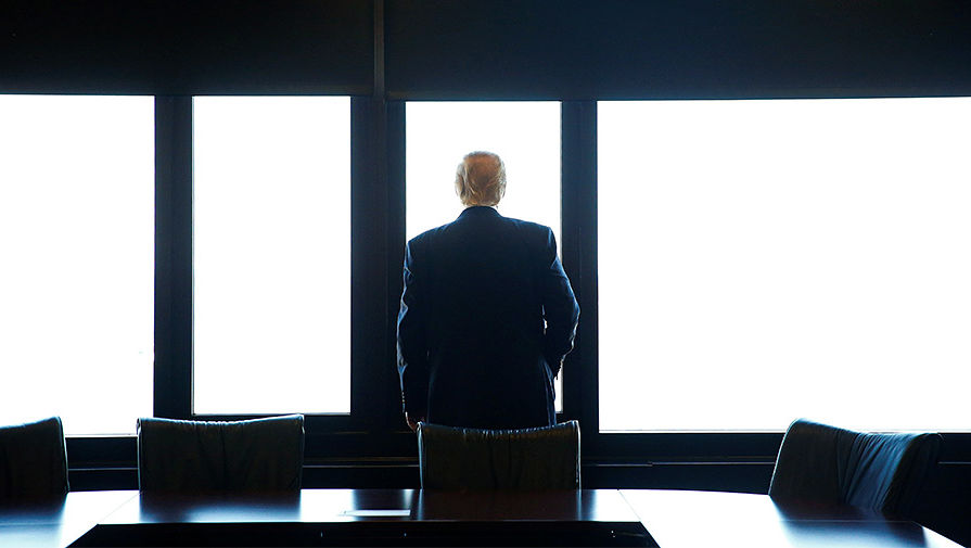Дональд Трамп смотрит на озеро Мичиган во время посещения города Милуоки в Висконсине, август 2016 года