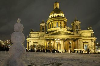 Снеговик на Исаакиевской площади во время акции протеста против передачи Исаакиевского собора в безвозмездное пользование РПЦ, 13 января 2017 года
