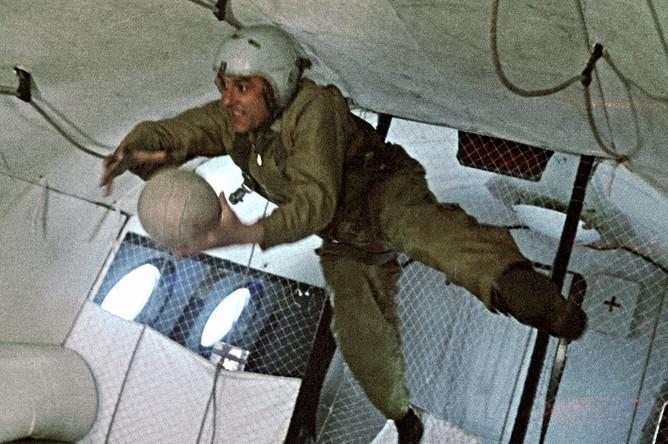 Космонавт Владимир Комаров отрабатывает невесомость в самолете-лаборатории в период подготовки к космическому полету, 1963 год