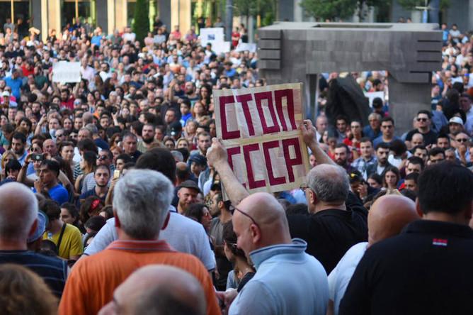 Участники акции протеста у здания парламента Грузии в Тбилиси, 21 июня 2019 года