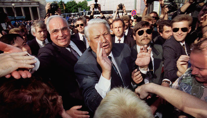 Президент России Борис Ельцин и канцлер Германии Гельмут Коль общаются с горожанами во время торжественных мероприятий в Берлине по случаю завершения вывода Западной группы войск из Германии, 31 августа 1994 года