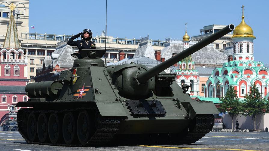 Противотанковая самоходная установка Су-100 во время военного парада в ознаменование 75-летия Победы в Великой Отечественной войне 1941-1945 годов на Красной площади в Москве, 24 июня 2020 года