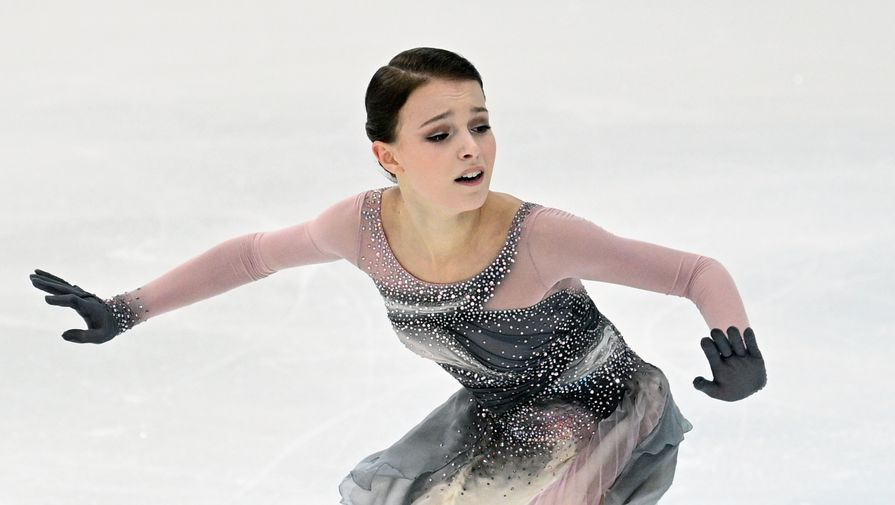 Анна Щербакова выступает с произвольной программой в женском одиночном катании на III этапе Кубка России- Ростелеком 2020-2021 гг. по фигурному катанию в Сочи.
