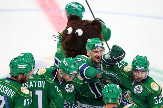 Радующиеся хоккеисты Уфы