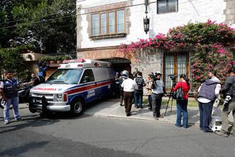 Машина скорой помощи у дома колумбийского писателя, которого выписали из клиники в Мехико, куда он был доставлен с диагнозом «пневмония»