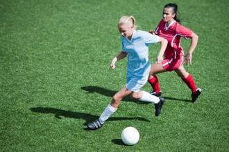 Пока мужчины смотрят телевизор, женщины играют в футбол