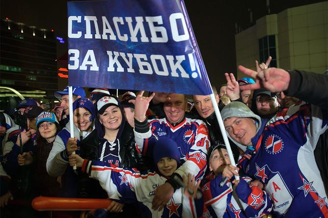 Болельщики СКА встречают хоккеистов в терминале Пулково-2 в Санкт-Петербурге