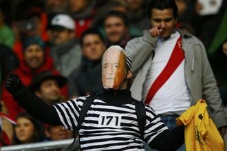 Даже на Кубке Америки тема скандала в ФИФА проходит красной линией — фанат сборной Бразилии на трибунах таким образом выразил свое отношение к президенту организации Зеппу Блаттеру