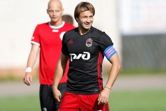 Дмитрий Сычёв, выйдя на замену по ходу первого официального матча, сразу получил в «Локомотиве-Казанке» капитанскую повязку