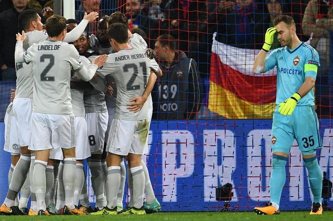 Футболисты «Манчестер Юнайтед» отмечают забитый в ворота ЦСКА мяч