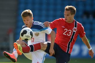 Олег Шатов (слева) в матче против сборной Норвегии в 2014 году