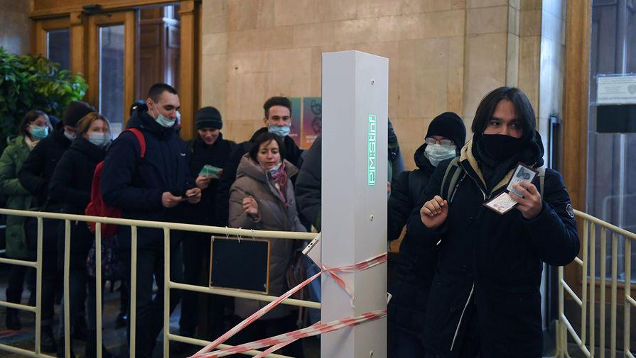 Студенты на входе в здание Московского государственного университета имени М. В. Ломоносова, 8 февраля 2021 год