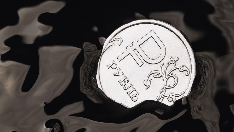 Рубль снижается к доллару и евро на фоне дешевеющей нефти