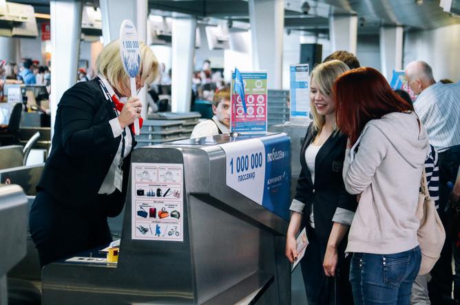 Студентка РУДН Анна Брык (справа), которая стала миллионным пассажиром «Победы»