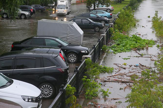 Подтопленная автомобильная стоянка на берегу Яузы