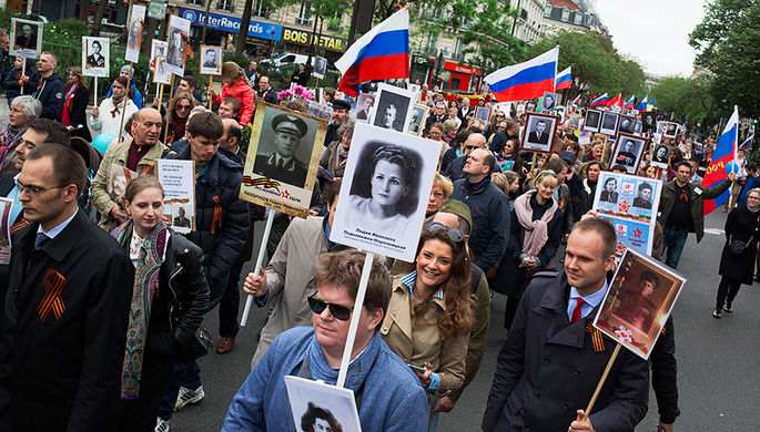 Участники марша «Бессмертный полк» в Париже, возглавляемого послом России во Франции Александром Орловым, следуют от площади Республики на кладбище Пер-Лашез для возложения цветов к Могиле Неизвестного Солдата