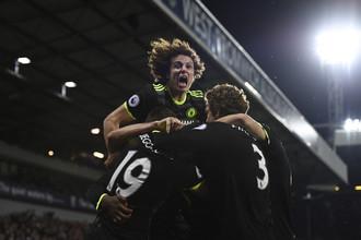 Игроки «Челси» празднуют гол Миши Батшуайи в ворота «Вест Бромвича», который сделал их чемпионами Англии