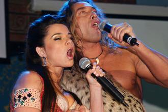 Певица Наташа Королева и ее супруг Сергей «Тарзан» Глушко во время концерта, 2006 год