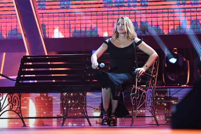 Алена Апина во время выступления на музыкальном фестивале «Жара» в Баку, 2019 год