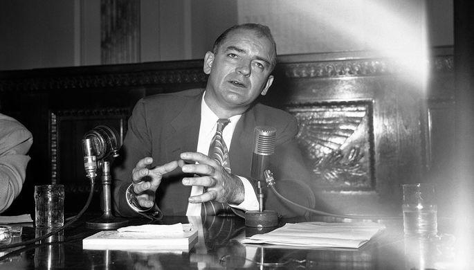 Сенатор Джозеф Маккарти во время пресс-конференции в Вашингтоне, 1953 год